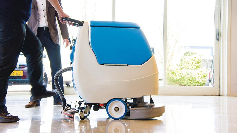 Limpiadora industrial con conductor acompañante