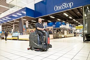 limpiadora de suelos con conductor sentado